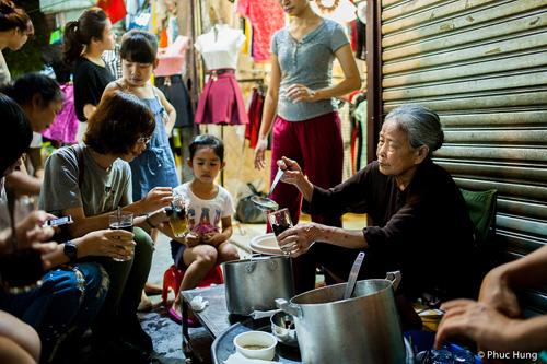 Street food at Dong Xuan Market - Hanoi city day tours 18