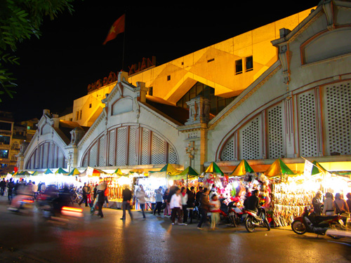 The sparkling Dong Xuan Market at night - Hanoi city day tour 18