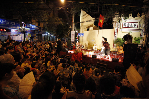 EH-Outdoor-stage-of-Chau-Van-in-Hanoi-celebrating-60th-liberation-day-1