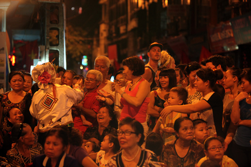 EH-Outdoor-stage-of-Chau-Van-in-Hanoi-celebrating-60th-liberation-day-3