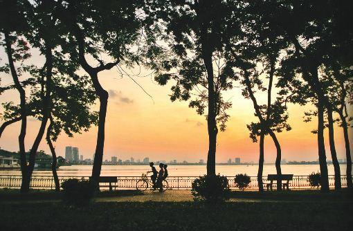 EH-West-lake-at-Sunset-Hanoi-city-tour-3