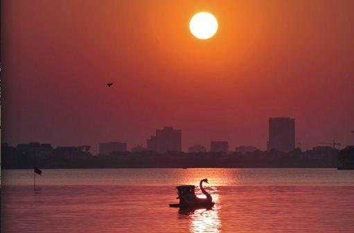 EH-West-lake-at-Sunset-Hanoi-city-tour-4