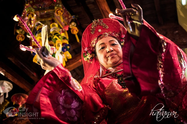 Len Dong - one kind of traditional folk singing of Chau Van - Hanoi culture tour