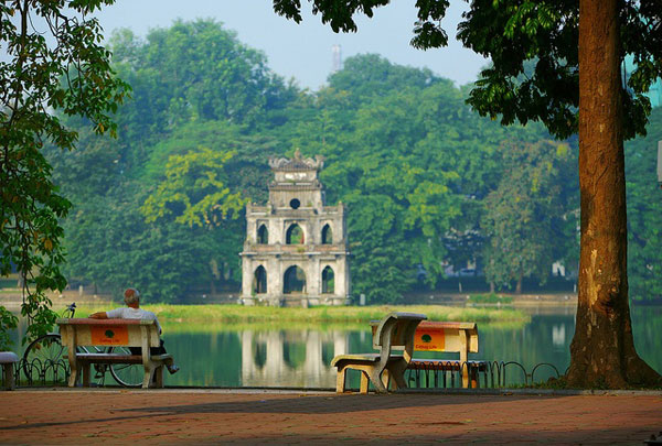 Hoan Kiem Lake setting up non-smoking tourist areas - Hanoi city tour