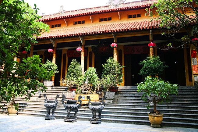 Inside the yard of Quan Su Pagoda - Hanoi city tour by motorbike