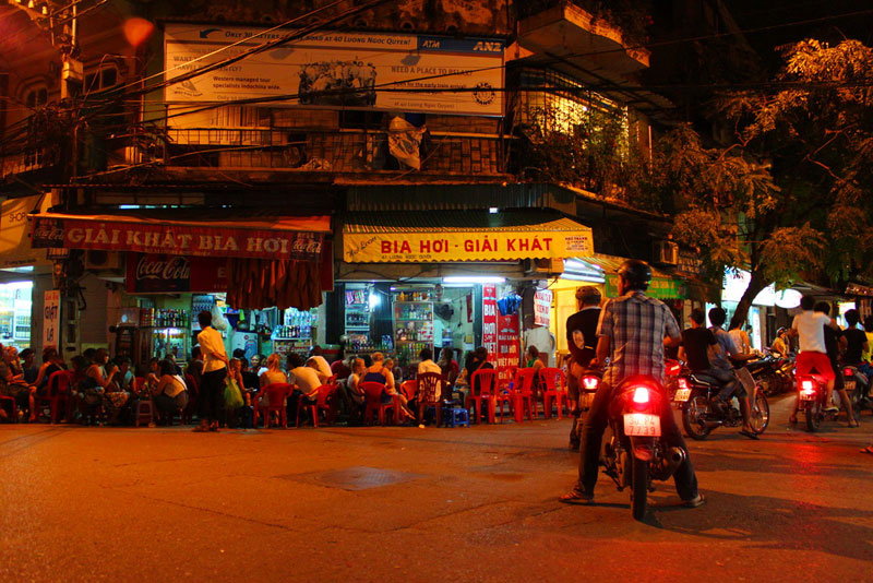 Bia Hoi at the corner of Hanoi Old Quarter - Things to do in Hanoi