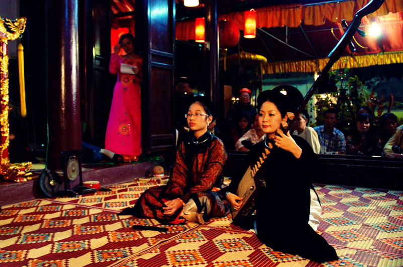 Performing Vietnamese traditional music of Ca Tru - Hanoi cyclo city tours