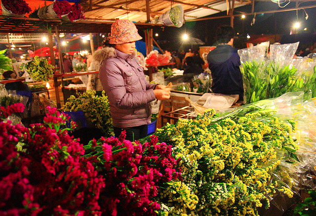 The largest Hanoi's night flower market of Quang Ba - Things to do in Hanoi