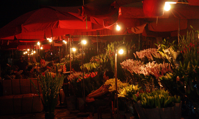 Quang Ba Night Flower Market - Hanoi city tours