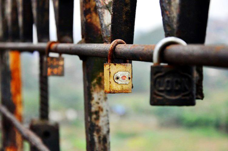 """Love lock"" in Long Bien Bridge - Hanoi travel guide"