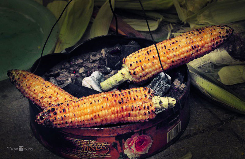 The grilled corn is especially popular to the youth - Hanoi street food tour