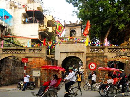 O Quan Chuong last city gate - Hanoi walking tour
