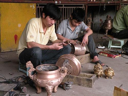 Casting copper in Ngu Xa Village - Hanoi village tours