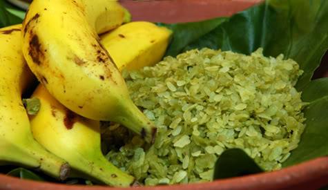 Enjoy Cốm with bananas - hanoi cuisines