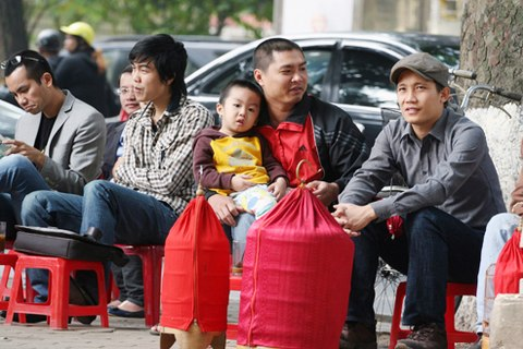 Enjoying bird show for meeting friends - Hanoi culture