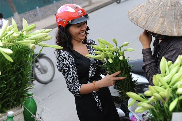 Hanoians prefer buying flowers from mobile flower shops - Hanoi attractions