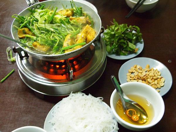 Enjoy La Vong grilled fish pies - hanoi cuisines