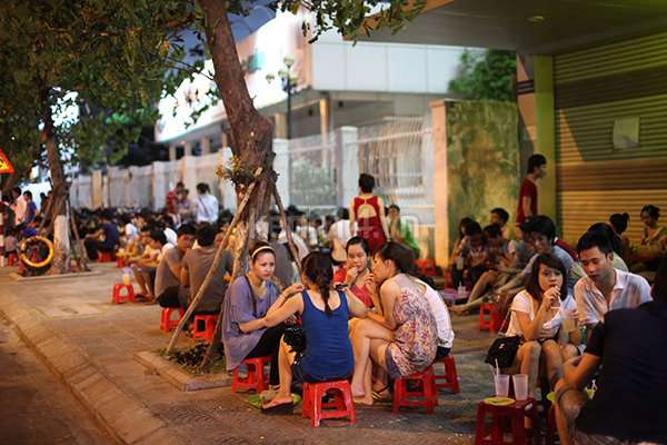 Lemon tea is a popular drink among youngsters in Hanoi - hanoi street culture