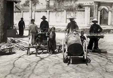 Street vendors in Hanoi in the past