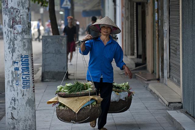 Shoulder-pole vendors dance down the streets of Hanoi - Hanoi culture tours