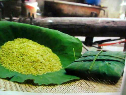Cốm - green young sticky rice flakes of Vòng Village - Hanoi cuisine tours