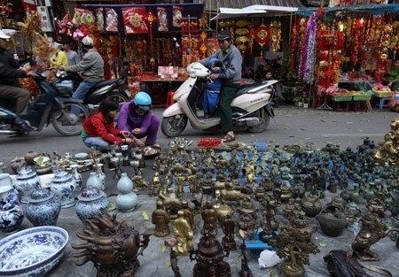 Weekly antique and handicraft market in Hanoi - Hanoi tours